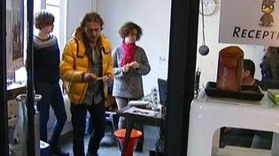 """Des amis et des collègues de César, l'assistant photographe blessé lundi 18 novembre au siège de """"Libération"""", dans leur studio Le petit oiseau va sortir, à Paris, le 19 novembre 2013. ( FRANCE 2 / FRANCETV INFO )"""