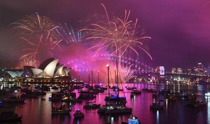 Les feux d'artifice du Nouvel An explosent au dessus de la Baie de Sydney  (PETER PARKS / AFP)