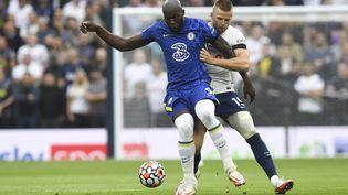 Romelu Lukaku (Chelsea) face à Eric Dier (Tottenham) dans le derby londonien entre Spurs et Blues, dimanche 19 septembre 2021. (NEIL HALL / EPA)