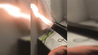 Le sèche-cheveux de la marque OraCorp, filmé lundi 29 janvier 2018, en train de cracher des flammes par une cliente de Spartanburg (Caroline du Sud). (ERIKA AUGHTUN SHOOLBRED / FACEBOOK)