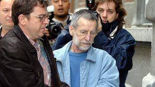 1er juillet 2004 : le tueur en série Michel Fourniret arrive au Palais de Justice de Dinant en Belgique. (MAXPPP)