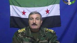 Le commandant Riad Al-Assad dans une capture d'écran d'une vidéo postée sur le groupe Facebook de l'Armée syrienne libre, qu'il dirige. (AP / SIPA )