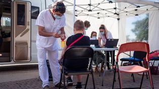 Un centre de vaccination éphémère a été installé sur le parking d'un centre commercial, à Perpignan (Pyrénées-Orientales), le 5 août 2021. (ARNAUD LE VU / HANS LUCAS / AFP)