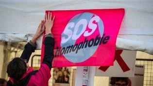 Une militante de SOS Homophobie place de la République à Paris dans le cadre de la journée mondiale de lutte contre le SIDA le 1er décembre 2013. (CHRISTOPHE PETIT TESSON / MAXPPP)