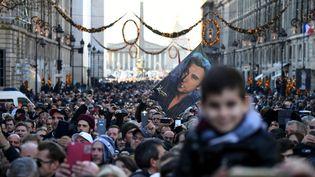 Les fans ont accueilli avec ferveur et émotionle cortège funéraire de Johnny Hallyday. (ERIC FEFERBERG / AFP)