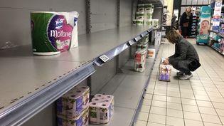 Le rayon de papier toilette d'un supermarché vidé à la veille du 1er confinement, le 14 mars 2020. (AURÉLIEN ACCART / FRANCE-INFO)