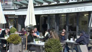 Alors que la France est toujours confinée, la Suisse a rouvert, lundi 19 avril, ses cafés et restaurants, tout comme les salles de sport et les cinémas. (CAPTURE ECRAN FRANCE 2)