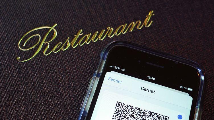 Un pass sanitaire sur un smartphone, à l'entrée d'un restaurant. (MATHIEU THOMASSET / HANS LUCAS)