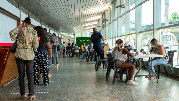 Un centre de vaccination à Pointe-à-Pitre en Guadeloupe. (YANNICK MONDELO / AFP)