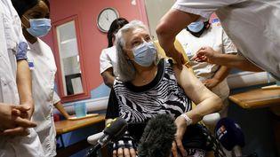 Mauricette, une septagénaire de 78 ans, a été la première personne a recevoir le vaccin de Pfizer-BioNTech en France/ La vaccination a eu lieu à l'hôpital Réné-Muret de Sevran (Seine-Saint-Denis), le 27 décembre 2020. (THOMAS SAMSON / AFP)