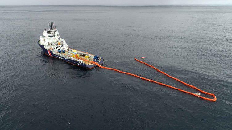 """Des opérations de dépollution sont menées au large des côtes françaises par des navires espagnols et français, pour récupérer le fioul en mer. Ici, """"L'Argonaute"""" en pleine opération, le 19 mars 2019. (AFP)"""
