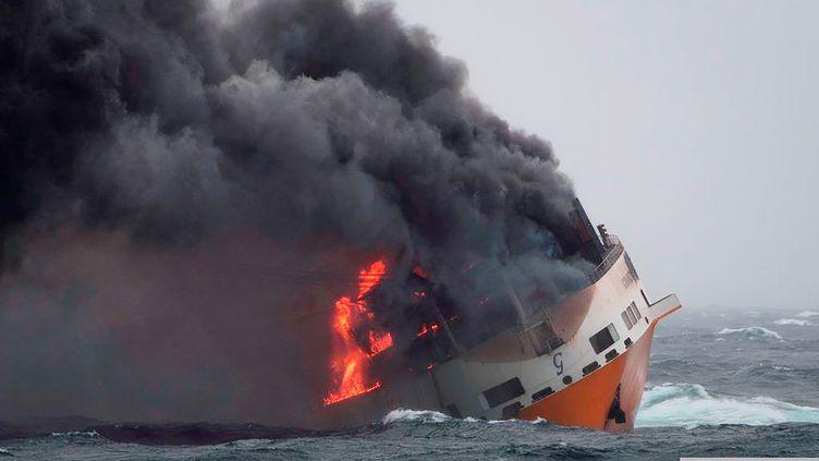 """Le """"Grande America"""" en feu, avant de couler, dans le golfe de Gascogne, le 12 mars 2019. (LOIC BERNARDIN / MARINE NATIONALE / AFP)"""