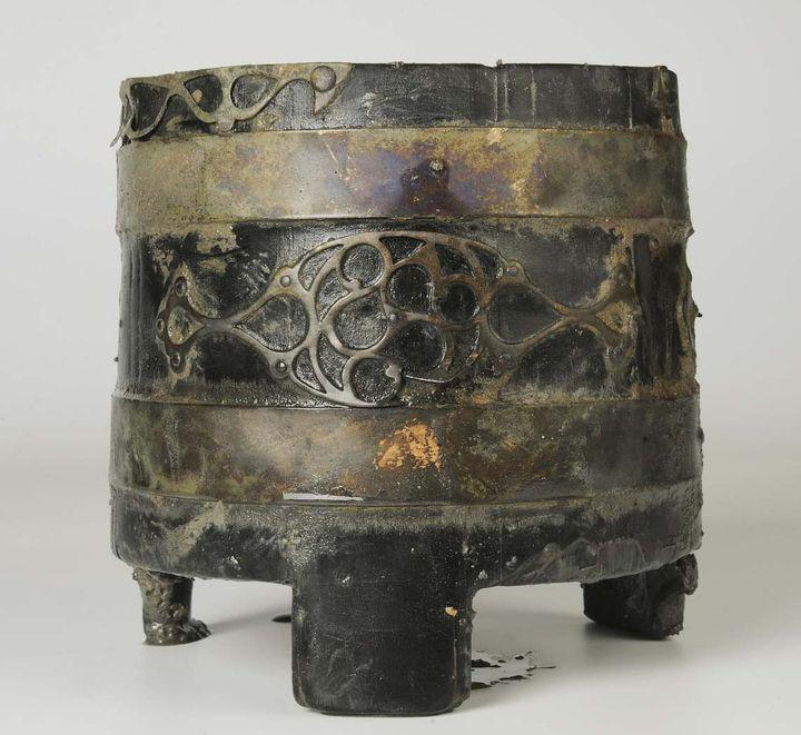 Un sceau en bois cerclé de bronze, découvert dans un puit comblé à la période gauloise à Trémusin (Côtes d'Armor). (E.Collado)