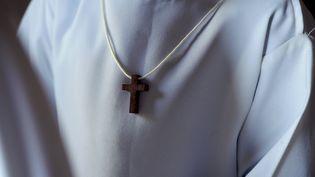 Une croix sur l'aube d'un servant de messe. (ALEXANDRE MARCHI / MAXPPP)