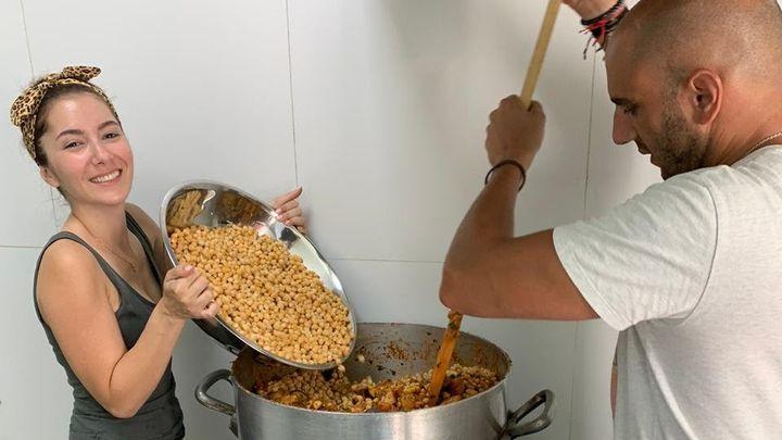 Tina et Michel, cuisiniers beyrouthins, préparent bénévolement des repas pour des familles du quartier de la Quarantaine, le 10 septembre 2020. (AURELIEN COLLY / RADIO FRANCE)