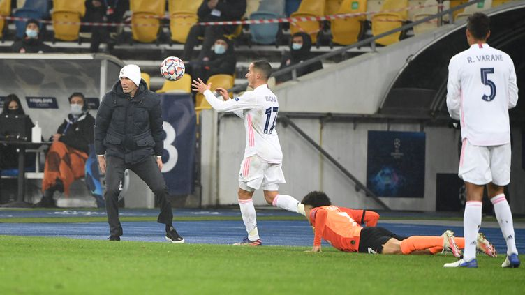 Zinédine Zidane assiste impuissant à la défaite du Real Madrid face Shakhtar Donetsk, le 1er décembre 2020 (SERGEI SUPINSKY / AFP)