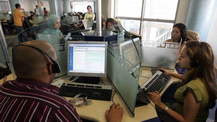 Un centre d'appels au Maroc, le 14 juin 2006. Parmi les milliers d'emplois détruits dans le secteur en France en 2013, certains ont été délocalisés au Maghreb. (ABDELHAK SENNA / AFP)