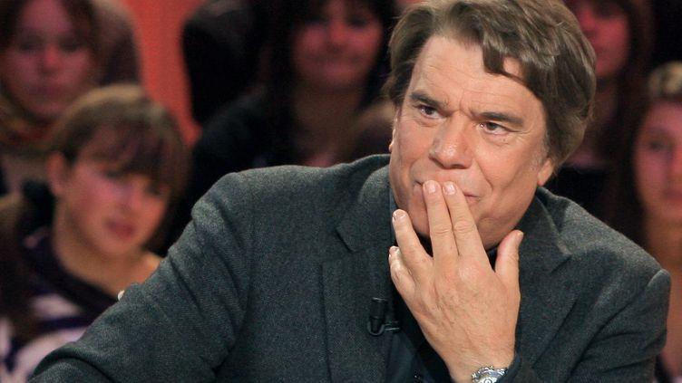 """Bernard Tapie sur le plateau du """"Grand Journal"""" de Canal+, en février 2008. (JACQUES DEMARTHON / AFP)"""
