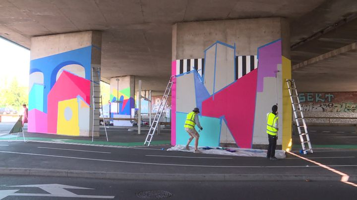 La fresque de Tim Zdey sur lespiliers du parking relais tram de Koenigshoffenà Strasbourg. (N. Meyer / France Télévisions)