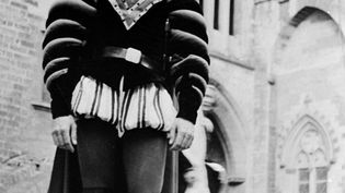 """Le comédien Gérard Philipe, dans le rôle de Rodrigue, interprète une scène du """"Cid"""" lors d'une répétition, le 19 juillet 1951 dans la Cour d'Honneur du Palais des Papes en Avignon. (STF / AFP)"""