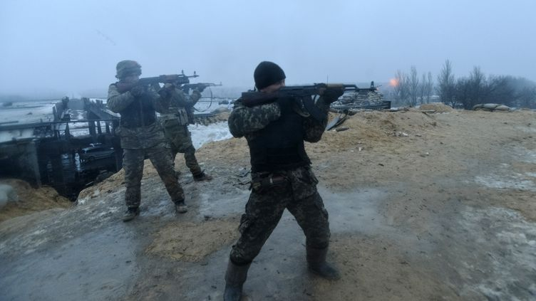 Des soldats ukrainiens combattent des séparatistes pro-russes près de Donetsk, le 21 janvier 2015. (REUTERS)