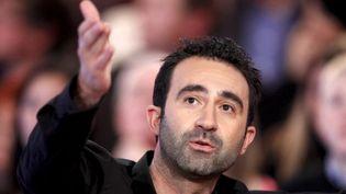 """Mathieu Madénian pendant sa chronique sur le plateau de """"vivement dimanche prochain""""  (PHOTOPQR/LE PARISIEN)"""