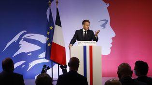 Le président de la République Emmanuel Macron aux Mureaux (Yvelines) vendredi 2 octobre 2020. (LUDOVIC MARIN / AFP)