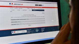 Une lycéenne consulte lesréponses auxvœux qu'elle a émis sur le site internet de la plateforme post-bac Parcoursup, le 22 mai 2018 à Lille. (DENIS CHARLET / AFP)