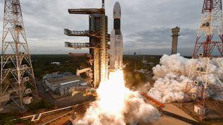 Lafusée transportant la sonde lunaire lors de son décollage àSriharikota (Inde) le 22 juillet dernier. (INDIAN SPACE RESEARCH ORGANISATION / AFP)