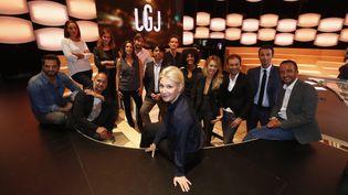 """Maïtena Birabenpose avec ses chroniqueurs sur le plateau de la nouvelle formule du """"Grand journal"""", à Canal+, le 4 septembre 2015.  (  MAXPPP)"""