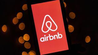 Le logo de Airbnb s'affiche sur un téléphone, le 22 novembre 2019 à Paris. (LIONEL BONAVENTURE / AFP)