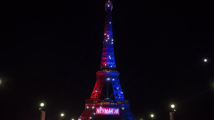 La Tour Eiffel a salué l'arrivée du joueur brésilien Neymar au PSG en affichant son nom et en lui souhaitant bienvenue, samedi 5 août 2017 à Paris. (OLIVIER MORIN / AFP)