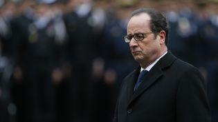 François Hollander rend hommage auxtrois policiers tués lors des attentats,lors de la cérémonie à Parisle 13 janvier 2015. (PATRICK KOVARIK / AFP)