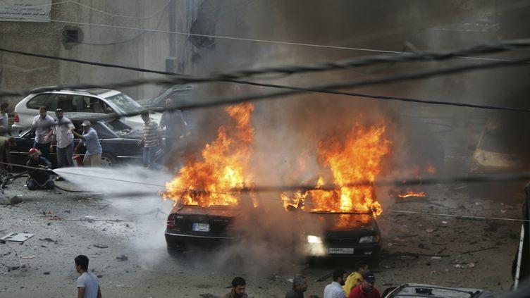 De nombreuses voitures ont pris feu après l'attentat qui a frappé le quartierBirAl-Abed, dans le sud de Beyrouth (Liban), mardi 9 juillet. (ISSAM KOBEISI / REUTERS)