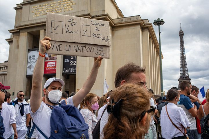Un opposant au pass sanitaire, le 24 juillet 2021 place du Trocadéro, à Paris. (THOMAS MOREL-FORT / HANS LUCAS)