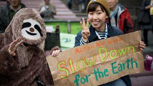 De nombreux manifestants japonais portaient des costumes d'animaux menacés, comme les paresseux. (NICOLAS DATICHE / SIPA)