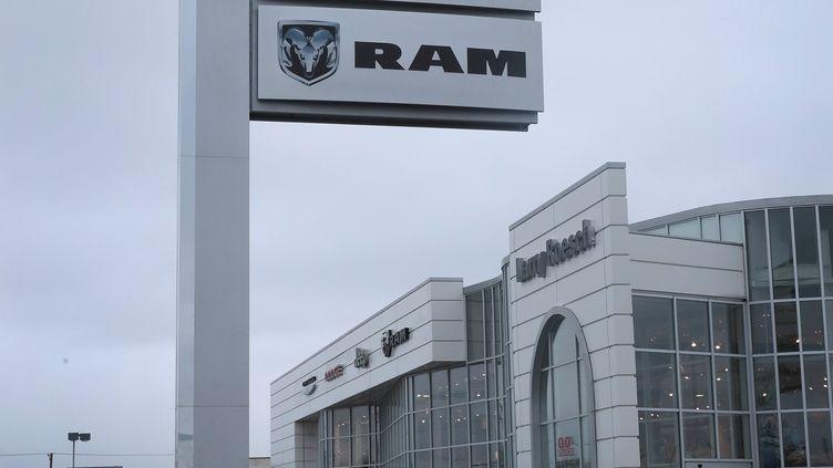 Des voitures RAM 1500 sont venduesàElmhurst, dans l'Illinois, le 12 janvier 2017, alors que deux modèles dugroupe automobileFiat Chrysler sont accusés d'émissions excessives de polluants. (SCOTT OLSON / GETTY IMAGES)