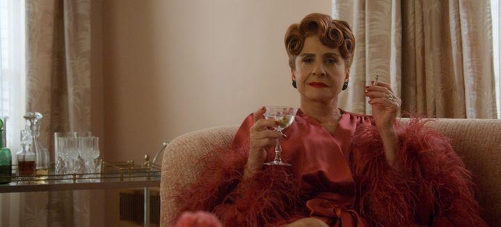 Dans le rôle d'Avis Amberg, épouse de l'influent directeur des studios Ace, on retrouve avec plaisir la star de Broadway Patti LuPone. (NETFLIX)