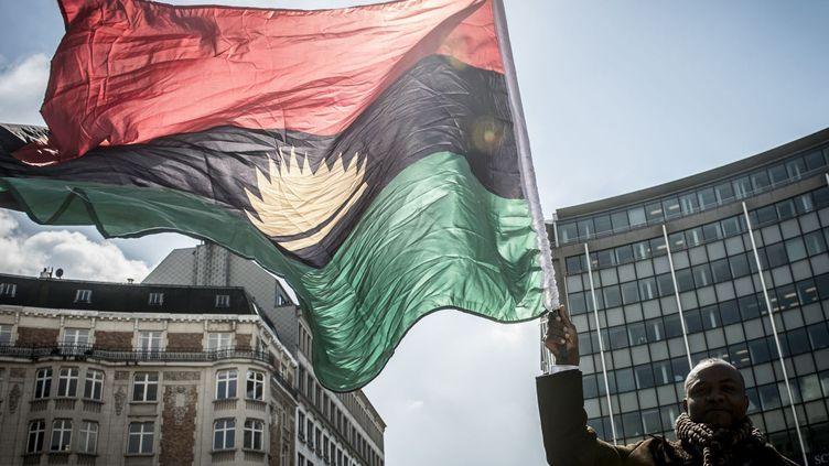 Un homme brandit le drapeau du Biafra en signe de revendication, devant le siège de l'Union européenne, à Bruxelles. (WIKTOR DABKOWSKI / DPA)