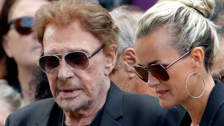 Johnny Hallyday et sa femme Laeticia aux obsèques de Mireille Darc, le 1er septembre2017, à Paris. (CHARLES PLATIAU/REUTERS)