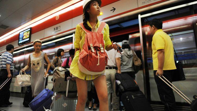 Une jeune femme dans le métro de Pékin (Chine), le 4 septembre 2012. (WANG ZHAO / AFP)
