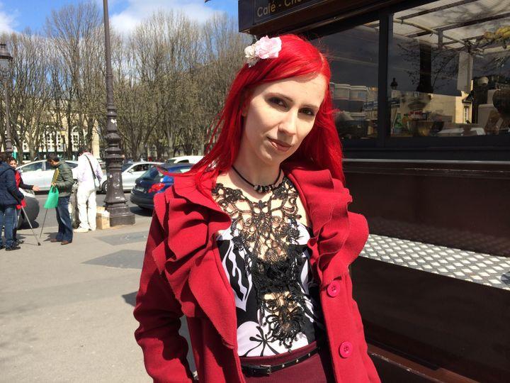 Alice, travailleuse du sexe, sur l'esplanade des Invalides, le 6 avril 2016. (KOCILA MAKDECHE / FRANCETV INFO)
