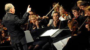 Jacques Attalidirige l'Orchestre symphonique universitaire deGrenoble (archives, 5 novembre 2010)