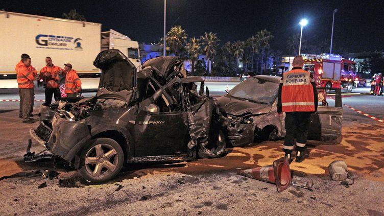 Des secouristes interviennent après un accident de voitures, à Nice, dans les Alpes-Maritimes, le 29 octobre 2015. (JEAN-CHRISTOPHE MAGNENET / AFP)