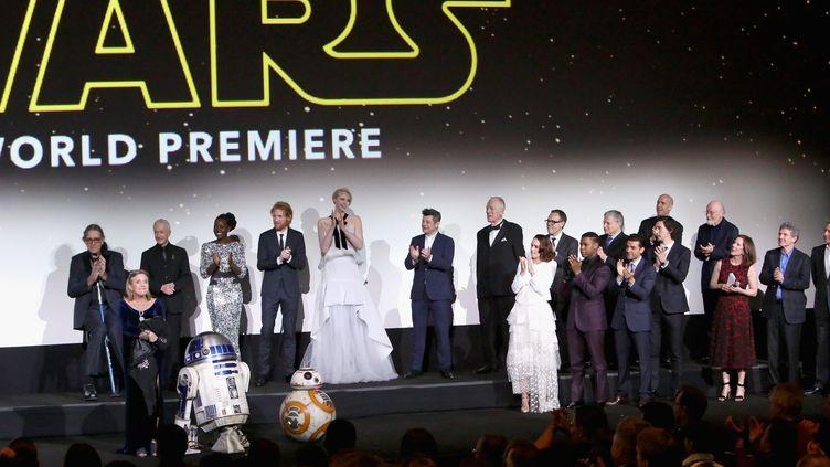 """L'équipe de """"Star Wars 7"""" , """"Le réveil de la force"""",sur scène le 14 décembre.  (Jesse Grant / GETTY IMAGES NORTH AMERICA / AFP)"""