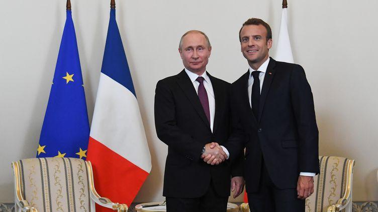 Vladimir Poutine (à gauche) et Emmanuel Macron, à Saint-Pétersbourg (Russie), le 24 mai 2018. (KIRILL KUDRYAVTSEV / AFP)