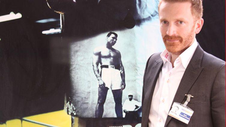 Pierre Kosciusko-Morizet devant une photo mise en vente sur Yellow Korner (Angel HERRERO LUCAS)