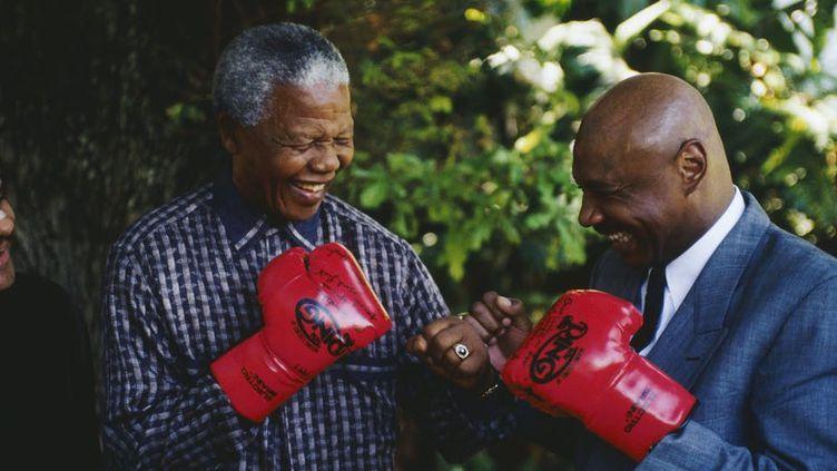 L'ancien président sud-africain Nelson Mandela avec l'ancien champion du monde de boxe américain Marvin Hagler. Cette photo non datée a été prise après la libération de Mandela. (LOUISE GUBB/GETTY IMAGES)