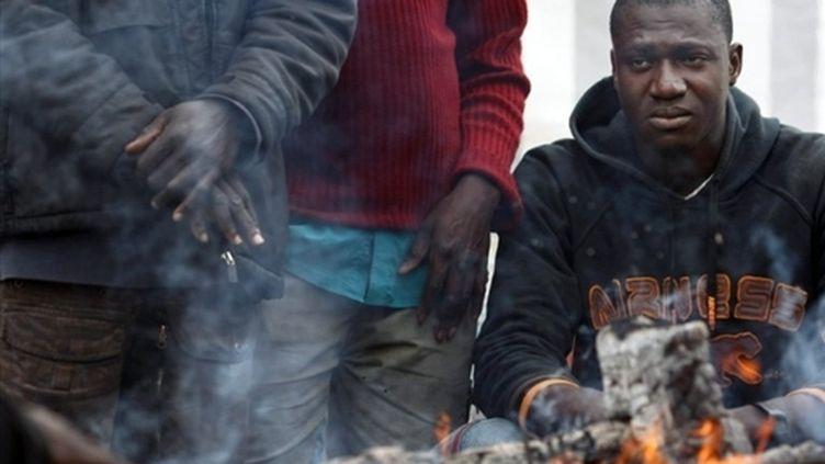 Des sans-papiers en grève occupent leur lieu de travail, un site de tri de déchets à Nanterre (10 novembre 2009) (AFP / Joël Saget)