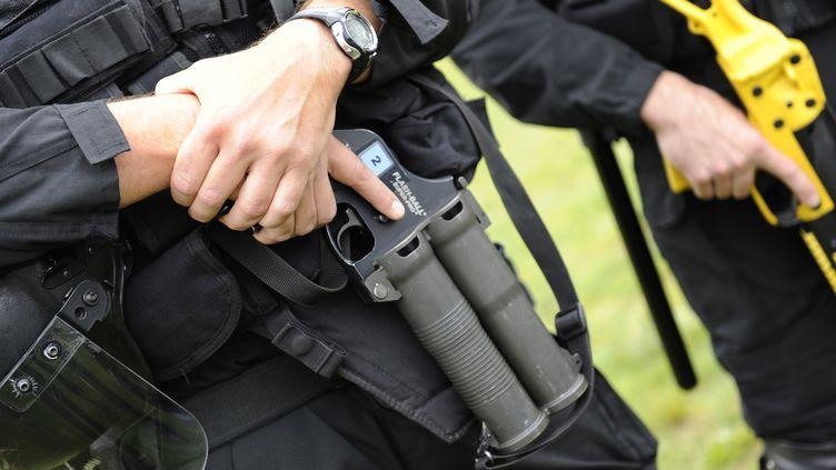 Un membre des forces de l'ordre armé d'un flash-ball le 13 septembre 2011 au centre pénitentiaire de Reau en Seine-et-Marne. ((BERTRAND GUAY))